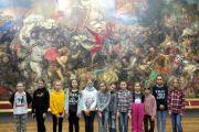 Uczestnicy koła plastycznego na wycieczce w Muzeum Narodowym w Warszawie
